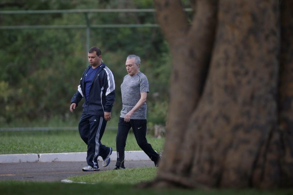 4 de janeiro - Presidente Michel Temer faz caminhada no Palácio do Jaburu, em Brasília (Foto: Ueslei Marcelino/Reuters)