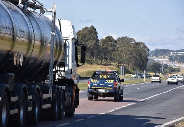 PRF escolta caminhões com combustível para abastecer aviões no Paraná (Foto: Divulgação)