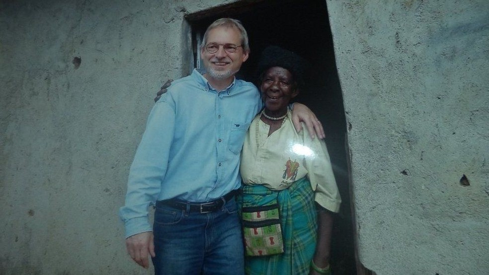 Zura voltou a ver pessoas que salvou, entre elas 3 europeus — Foto: Jean Pierre Bucyensenge