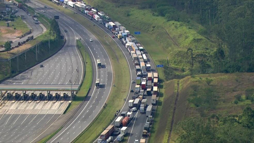 Caminhões bloqueiam três faixas do Rodoanel, entre as rodovias Anchieta e Imigrantes, no sentido Anchieta (Foto: TV Globo/Reprodução)