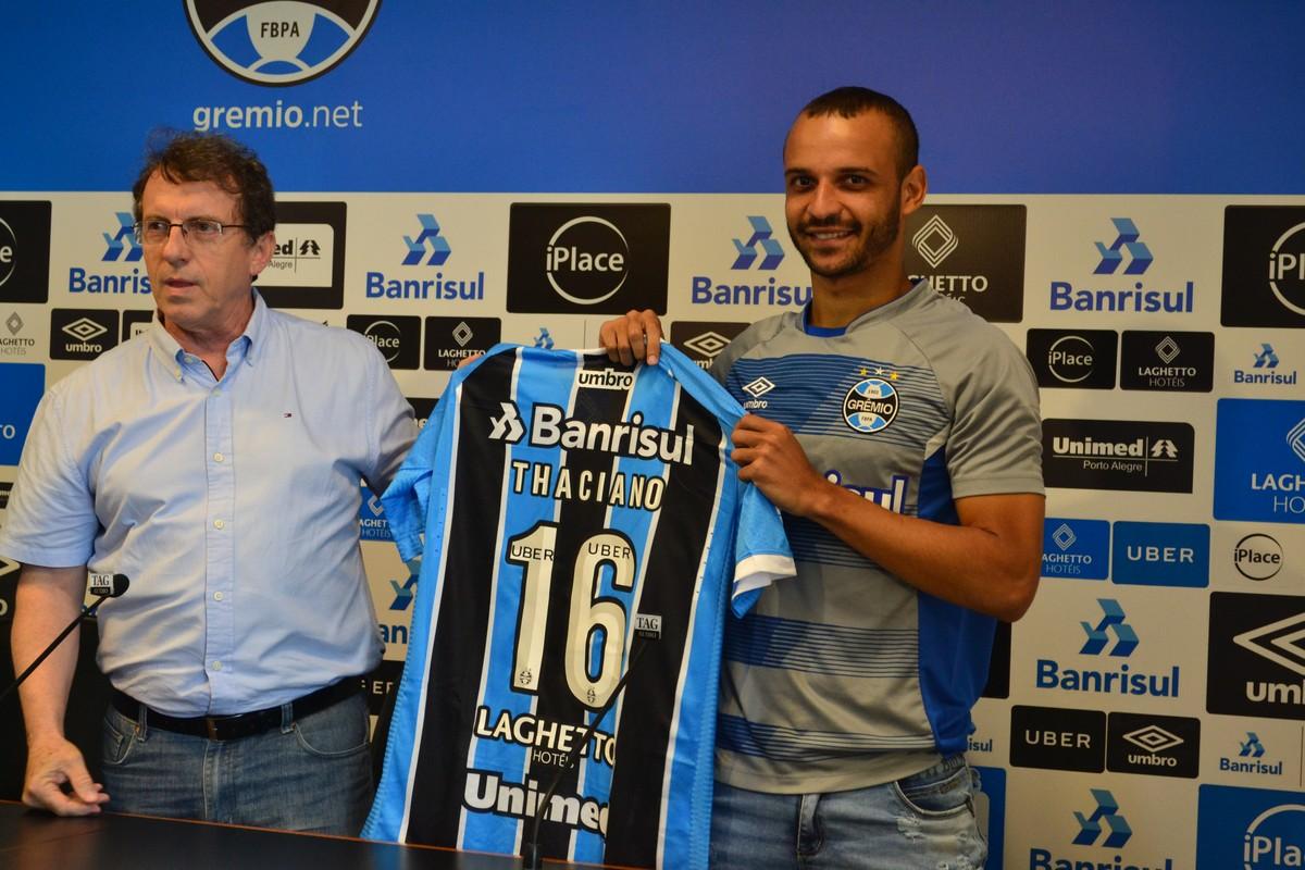 Thaciano recebe camisa histórica do Grêmio e chama Dorival de