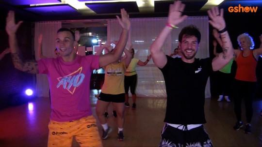 Pedro Campos, do grupo Salve Simpatia, participa de aula de fitdance no clima de 'Verão 90'
