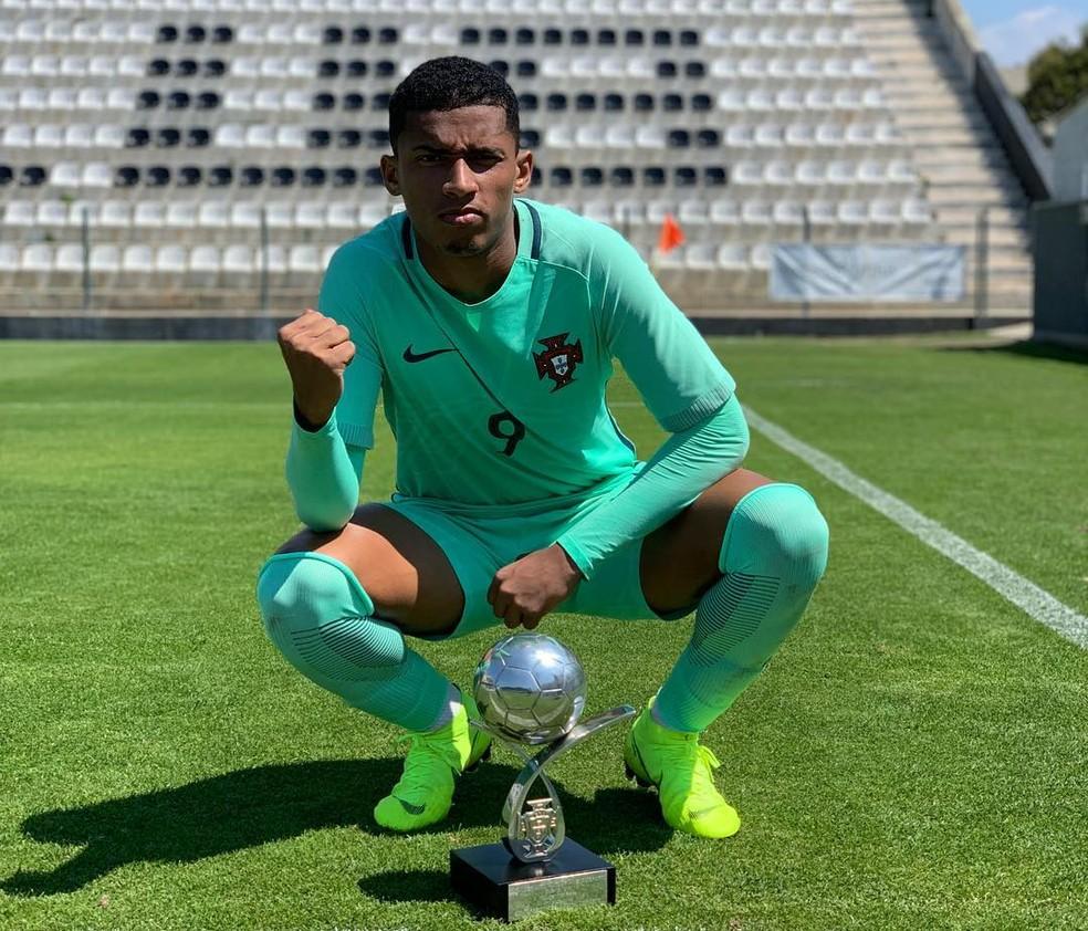 Marcos Paulo comemora título com a seleção de Portugal Sub-18 — Foto: Reprodução
