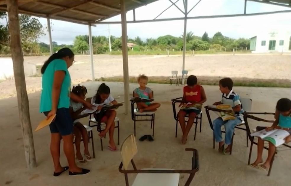 Sem vagas em salas, estudantes assistem aulas ao ar livre do lado de fora de escola na BA (Foto: Reprodução/TV Bahia)