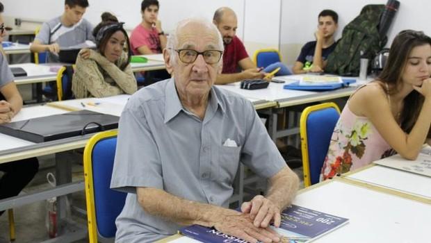 Carlos Augusto Manço começou o curso de arquitetura e urbanismo aos 90 anos (Foto: Centro Universitário Barão de Mauá via BBC News Brasil)