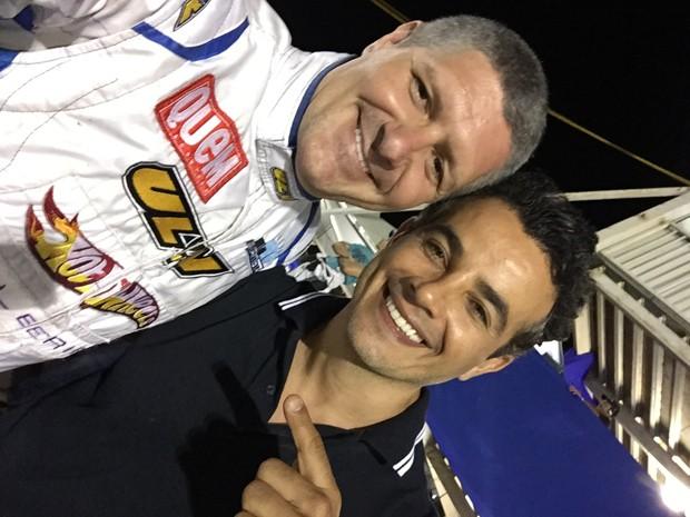 O ator Fábio Villa Verde, idealizador do Kart dos Artistas, recebe Anderson Di RIzzi, estreante na competição (Foto: Divulgação)