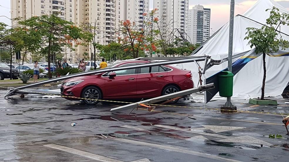 Estruturas caíram em cima dos carros do feirão (Foto: Soraya Medeiros/ Arquivo pessoal)