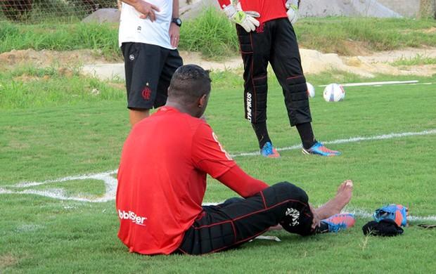 Felipe volta a sentir o tornozelo esquerdo e deixa o treino mais cedo