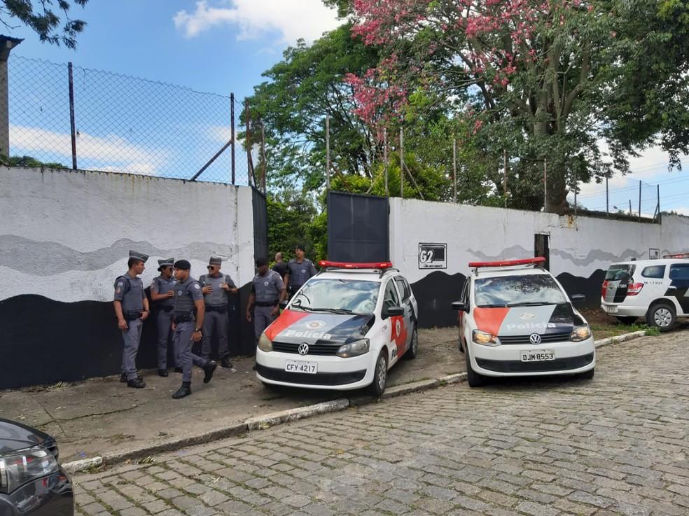 Policiais militares em frente a Escola Municipal de Suzano. — Foto: Maiara Barbosa/ G1.