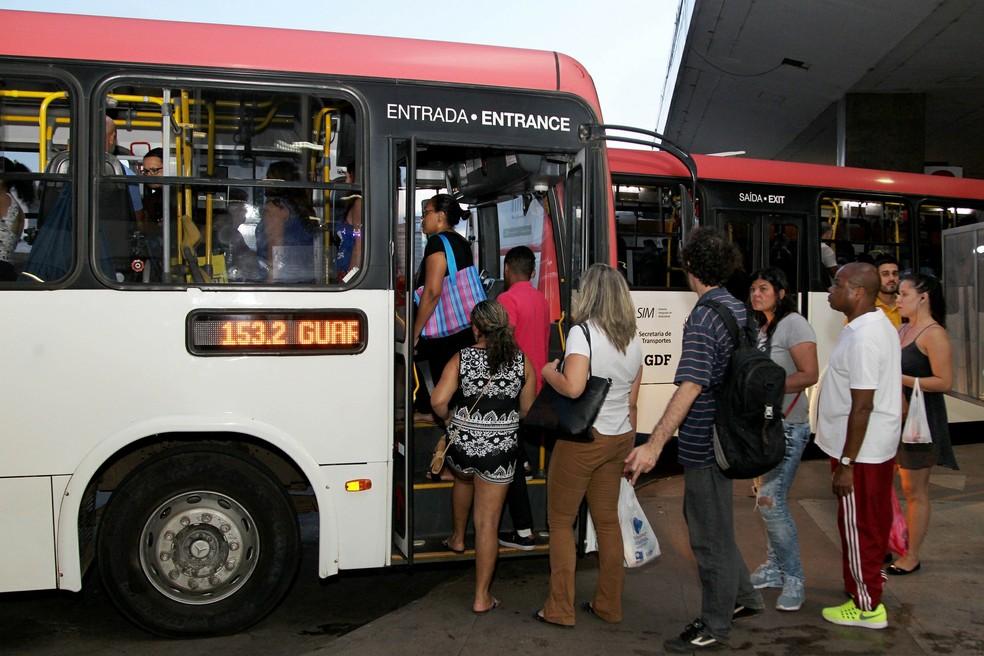 Passageiros embarcam em ônibus na rodoviária do Plano Piloto (Foto: Toninho Tavares/Agência Brasília)
