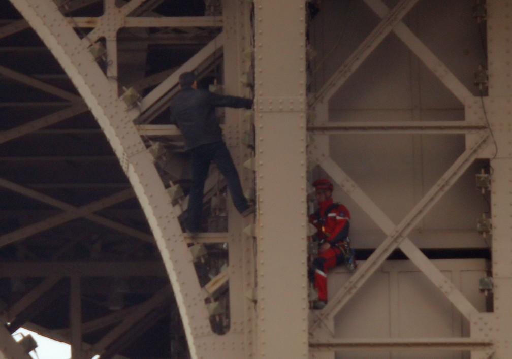 Homem escala a Torre Eiffel em Paris â?? Foto: Reuters/Charles Platiau