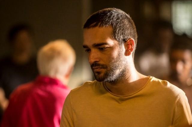 Humberto Carrão é Sandro em 'Amor de mãe' (Foto: Reprodução)