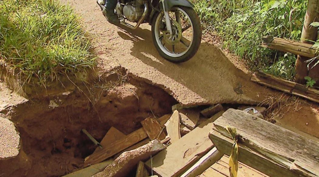 Cratera em acesso a bairro sem iluminação preocupa moradores em São Carlos - Noticias