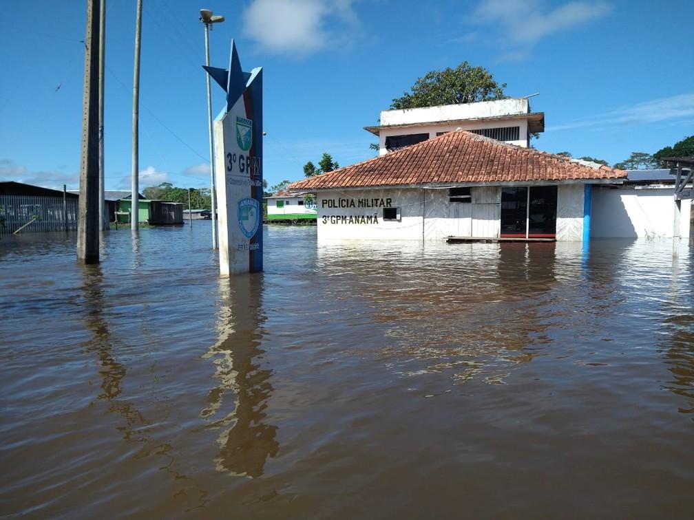 Delegacia do município foi atingida pela cheia. — Foto: Paulo Frazão/Rede Amazônica