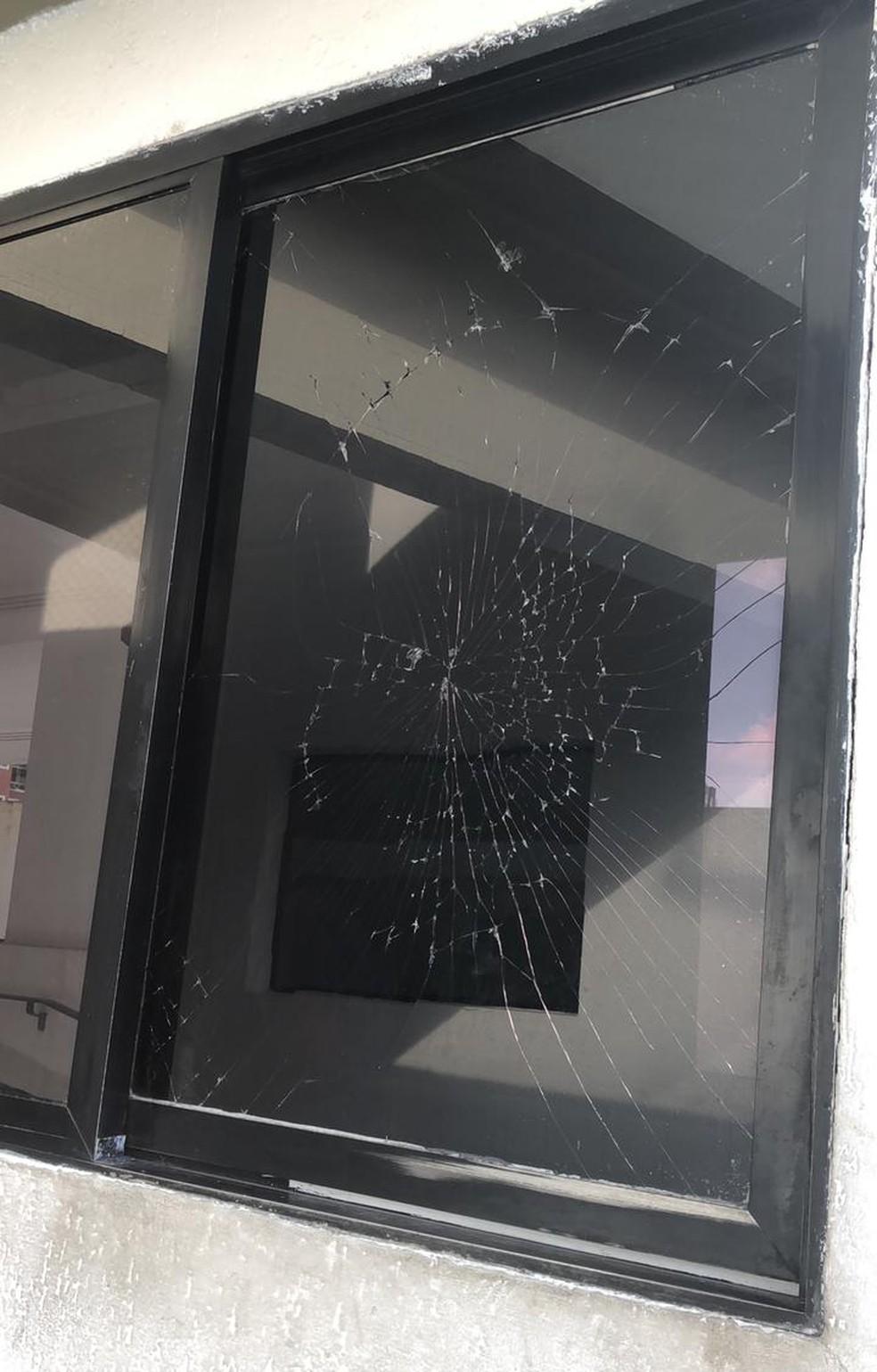 Segundo relata zelador, vidro de portaria foi quebrado por nutricionista em março deste ano — Foto: Arquivo pessoal