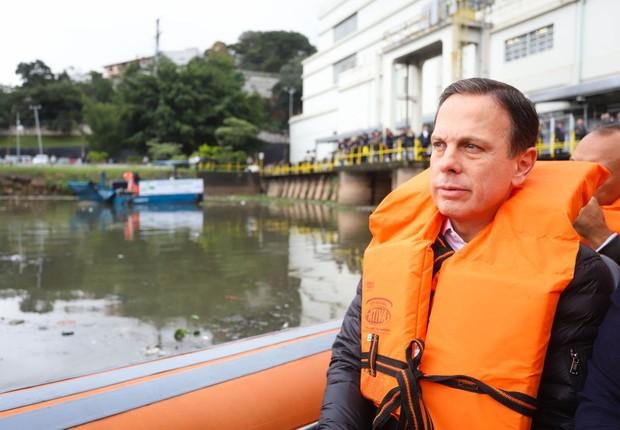 O governador do Estado de São Paulo, João Doria, assiste a testes com dois ecobarcos coletores de resíduos flutuantes, conhecidos como Ecoboats, para auxiliar na limpeza do rio Pinheiros (Foto: Governo do Estado de São Paulo)