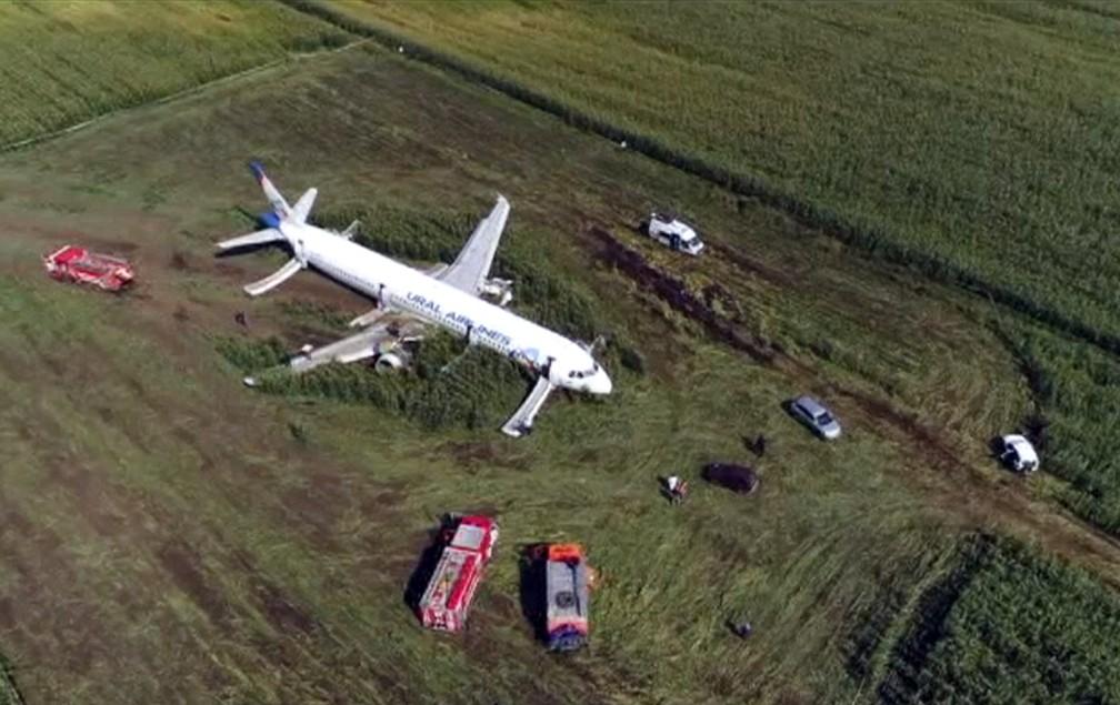 Airbus A321 da Ural Airlines após um pouso forçado em um milharal nos arredores do aeroporto de Zhukovsky, em Moscou — Foto: U-RTR Russian Television via AP