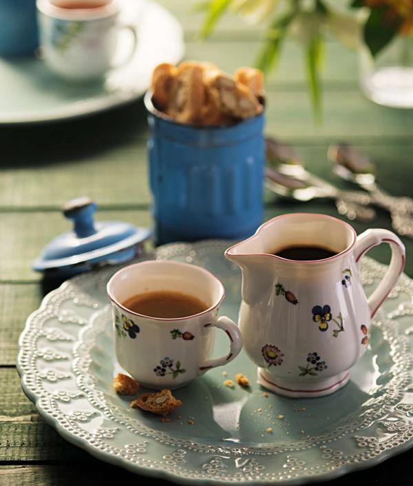 Com loucinhas individuais, a hora do café vira um chá de bonecas. Leiteira e xícara Doural, prato Camicado, pote azul Acervo Brutto, colherzinhas Coisas da Doris (Foto:  Cacá Bratke/Editora Globo)