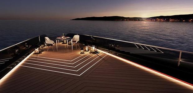 Caso seja desejado, a piscina pode ser coberta para criar uma extremidade perfeita para um jantar romântico (Foto: Technicon/ Reprodução)