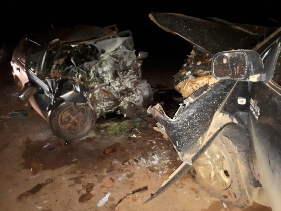 O acidente envolveu uma caminhonete e um carro que bateram de frente — Foto: Divulgação