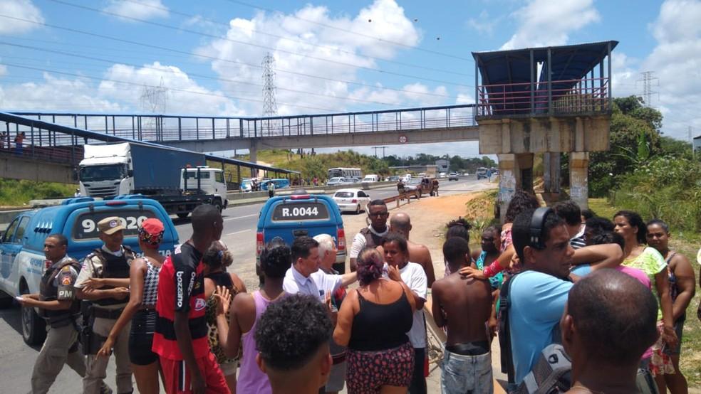 Protesto no Bosque das Bromélias, em Salvador, ocorreu na segunda-feira — Foto: Luana Assiz/TV Bahia
