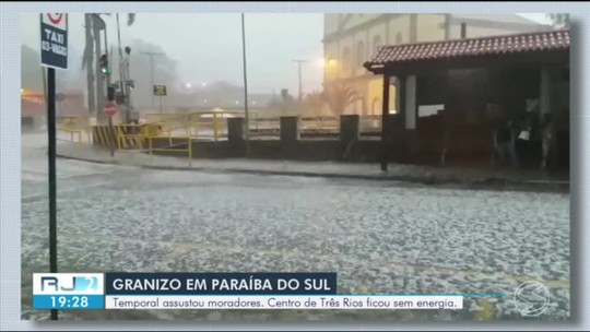Chuva de granizo derruba árvore sobre carro e bloqueia parte da BR-393 em Paraíba do Sul