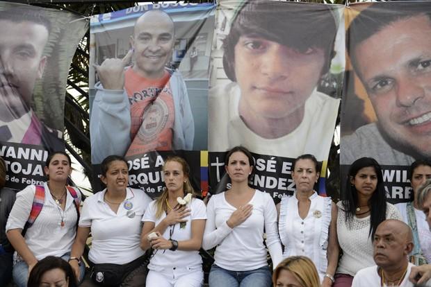 Opositores protestam contra o presidente Nicolás Maduro em frente Pa base aérea militar La Cartola, em Caracas, nesta terça-feira (4)  (Foto: AFP Photo/Leo Ramirez)