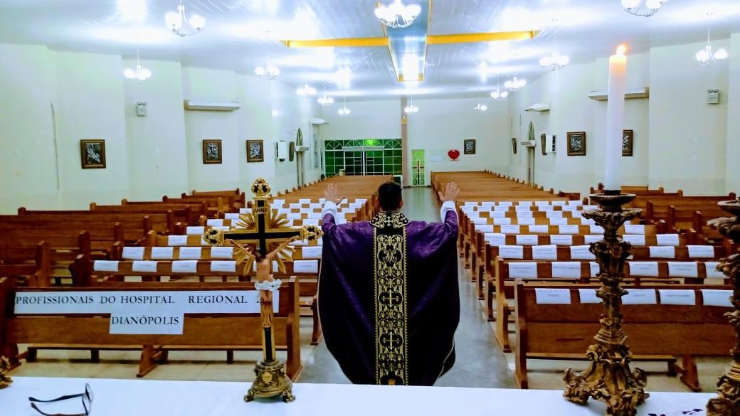 Padre celebra missa com nomes de profissionais da saúde colados nos bancos de igreja