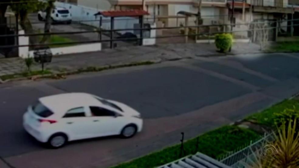 Imagens de câmeras de segurança flagraram um carro branco no local dos ataques. — Foto: Reprodução/RBS TV