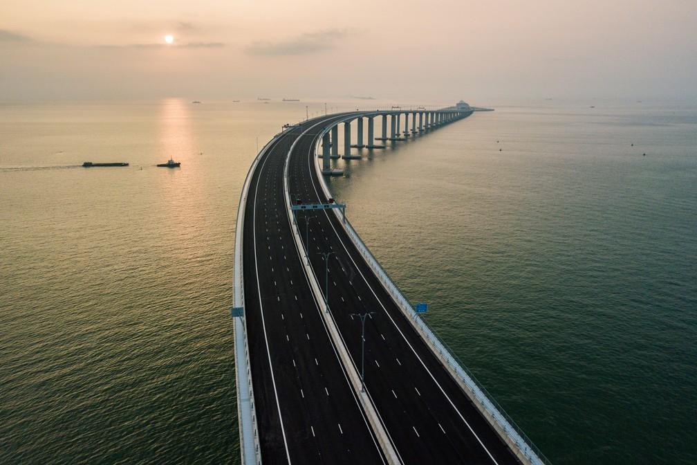 Vista aérea mostra parte da ponte de Hong Kong-Zhuhai-Macau, em Hong Kong, em foto do dia 22 de setembro  — Foto: Anthony Wallace / AFP