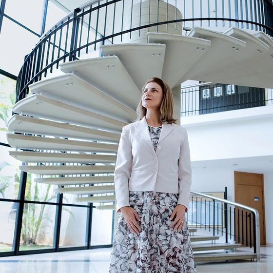 FALTAM DADOS A perita Aline Minervino. Usar dados de DNA ajuda a dar respostas a famílias de vítimas de crimes (Foto: Michel Filho/Agência O Globo)