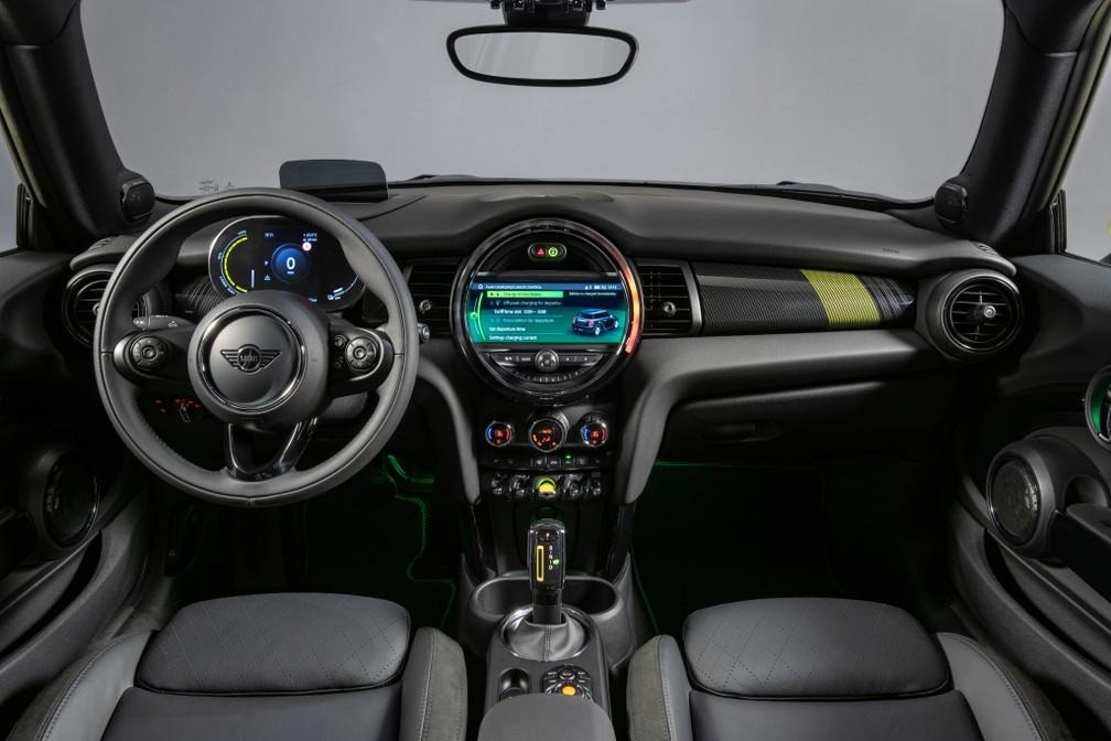 Interior do Cooper elétrico tem detalhes amarelos e mostradores digitais — Foto: Divulgação/Mini