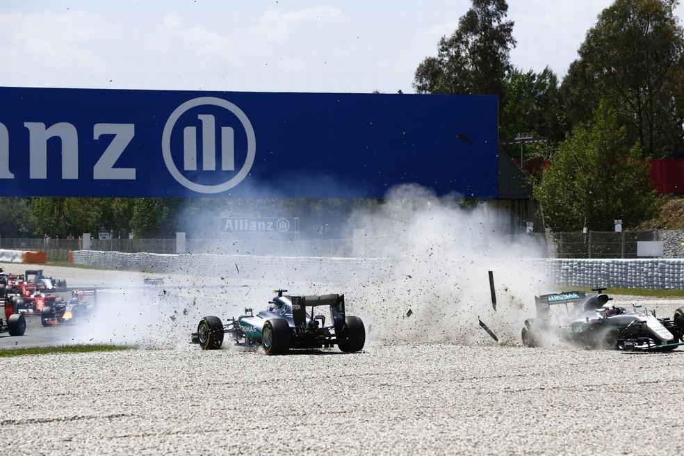 Hamilton e Rosberg colidiram no GP da Espanha em 2016; Mercedes quer evitar que conflitos se repitam com a chegada de Russell  — Foto: Zak Mauger/LAT/REX/Shutterstock