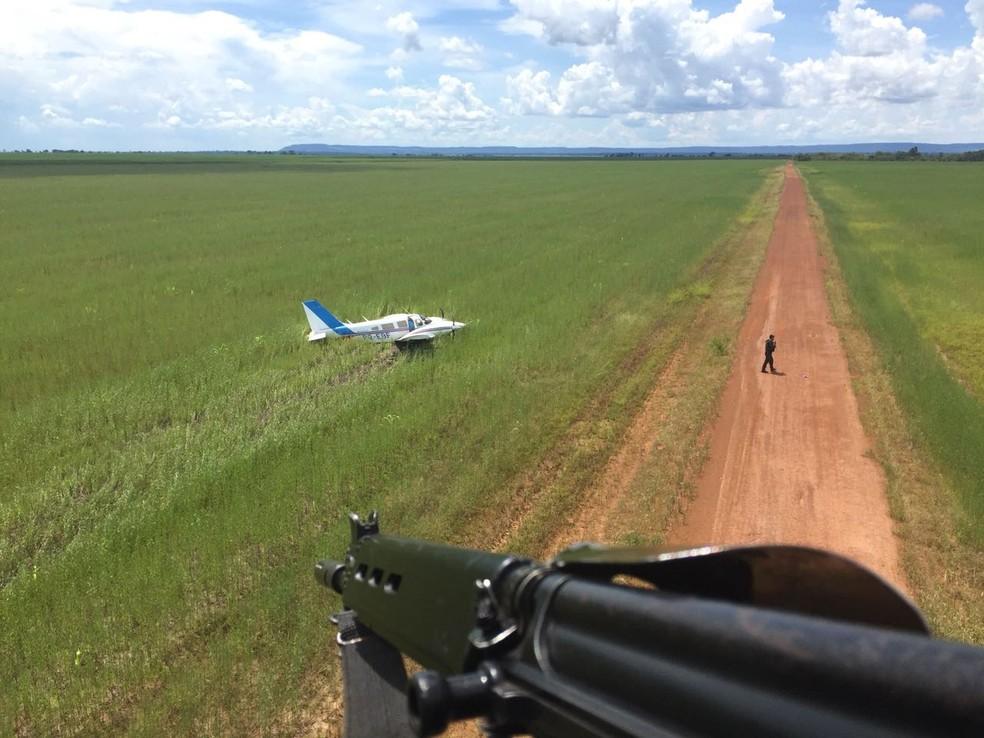 Piloto fez pouso forçado em estrada de terra e fugiu em seguida (Foto: FAB/ Divulgação)