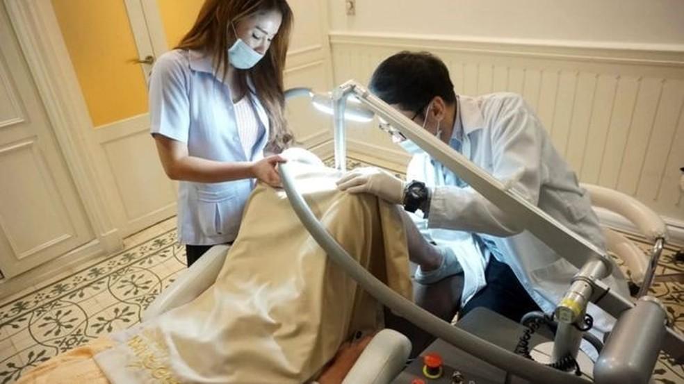 Autoridades alertaram que procedimento pode ser doloroso e deixar a pele manchada (Foto: LeLuxHospital)