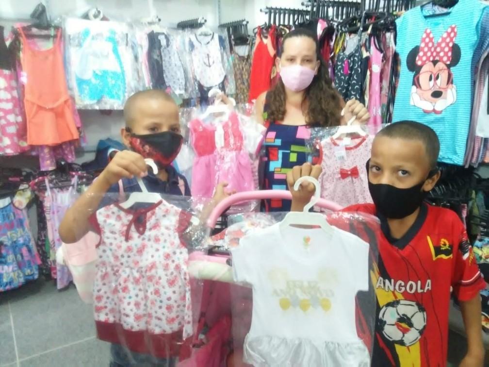 Irmãos comprando roupas para Raiana - Foto de 2020 — Foto: Arquivo Pessoal