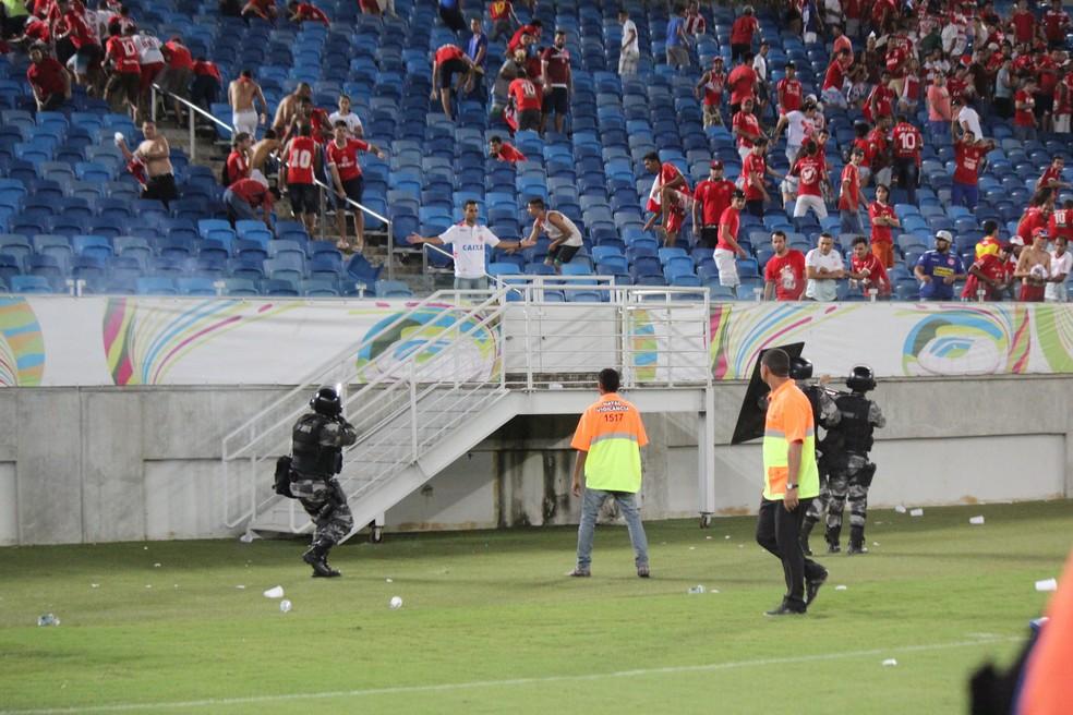 Polícia tenta dispersar confusão com bombas de efeito moral  (Foto: Diego Simonetti/Blog do Major)