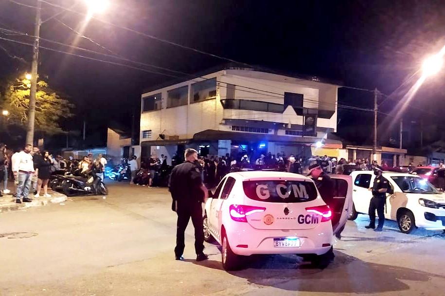 Guarda Municipal dispersa cerca de 500 pessoas em aglomerações em bares de São Vicente, SP