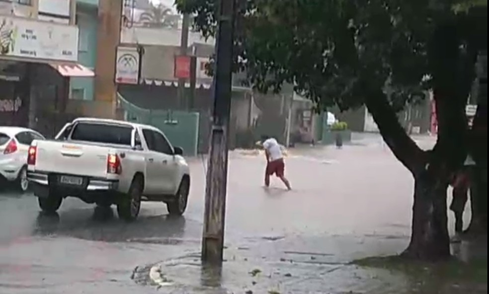 Ruas de Guarapuava ficaram alagadas depois do temporal desta segunda-feira (14) — Foto: Leani de Oliveira/ Arquivo pessoal
