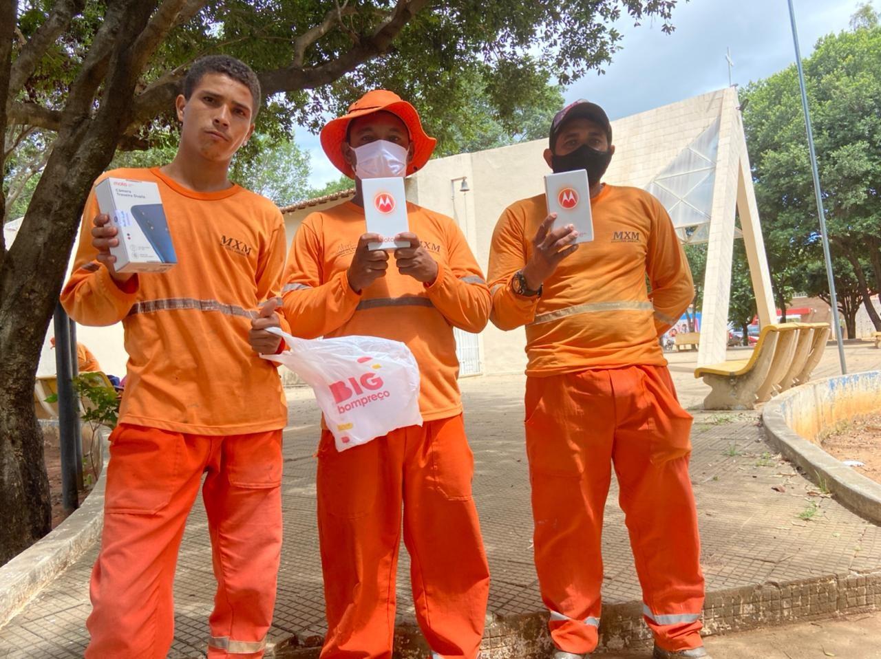 Garis assaltados durante trabalho ganham moto e celulares comprados com vaquinha que arrecadou R$ 20 mil, no Ceará