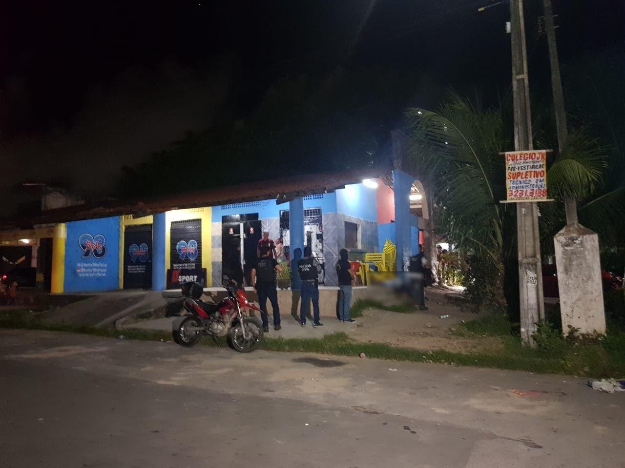 Suspeitos se aproximam de bar e matam homem no local, em Fortaleza