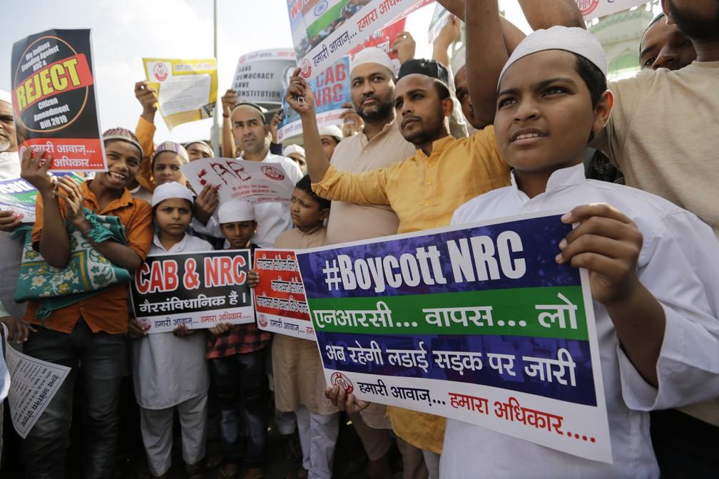 Indianos foram às ruas nesta sexta (13) para protestar contra o projeto de emenda à lei da cidadania do país, que não dá a muçulmanos os mesmos benefícios que membros de outras religiões.  — Foto: Ajit Solanki/AP