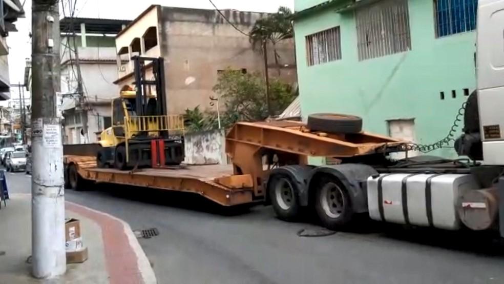 Veículo pesado e longo passa pela Avenida José Sette, por dentro de Itacibá, em Cariacica, ES — Foto: Reprodução/TV Gazeta