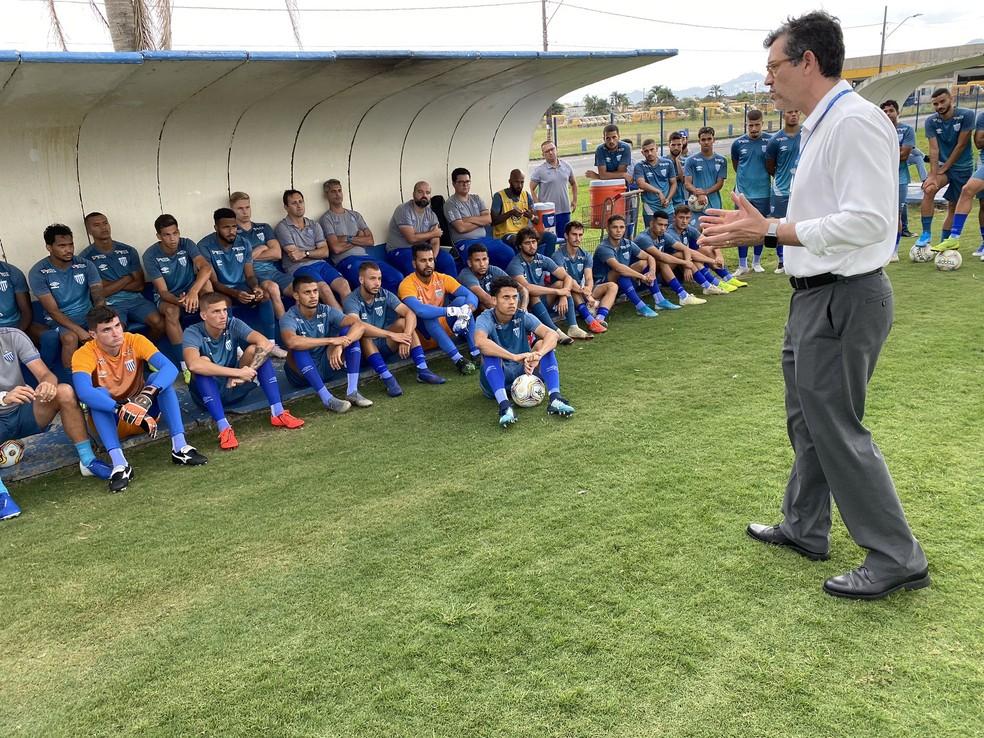Antes da paralisação, médico Luis Fernando Funchal, do Avaí, orientou jogadores do elenco — Foto: Divulgação / Avaí FC