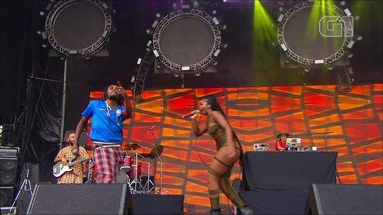 Rincon Sapiência convida Iza, faz protesto e público 'mete dança' no Lollapalooza