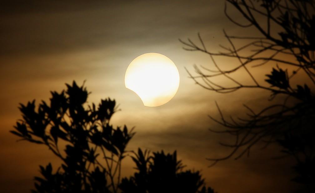 BRASIL - Registro do eclipse solar em Curitiba. — Foto: Giuliano Gomes/PR Press