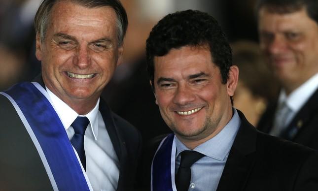O presidente Jair Bolsonaro condecora o ministro Sergio Moro no Itamaraty