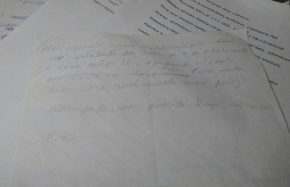 Polícia apreendeu várias cartas deixadas pelo autor (Foto: Juliana Peixoto/ G1)