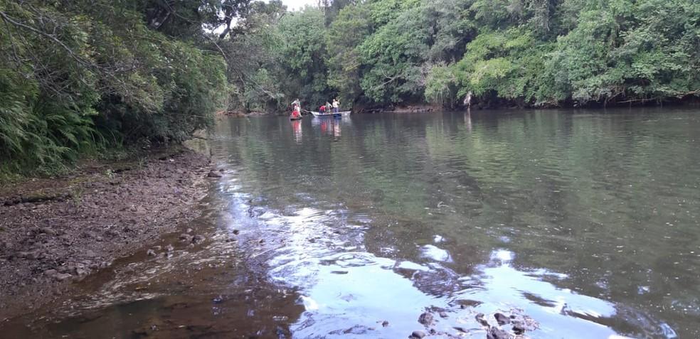 Corpo de Bombeiros de General Carneiro e União da Vitória fizeram buscas no rio — Foto: Cedida/Canal 4 TV WEB
