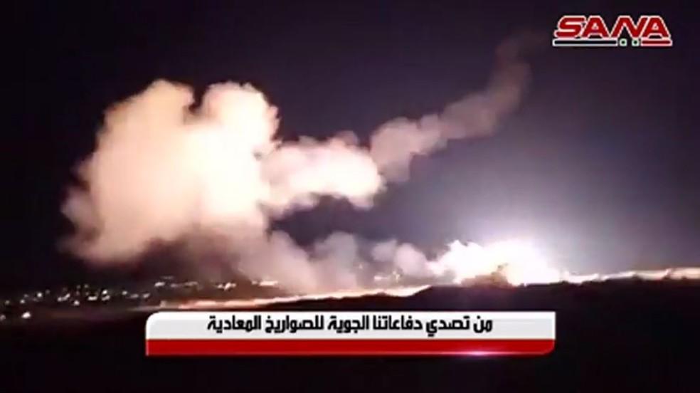 TV estatal da Síria mostra momento em que militares sírios lançam míssil terra-ar contra ofensiva israelense — Foto: SANA/Reuters